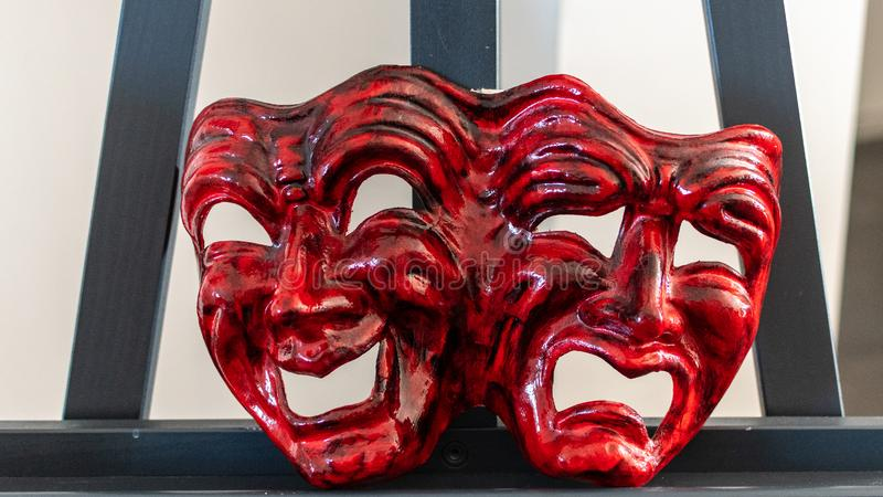 Masque rouge de carnaval représentant la joie et la tristesse photo stock