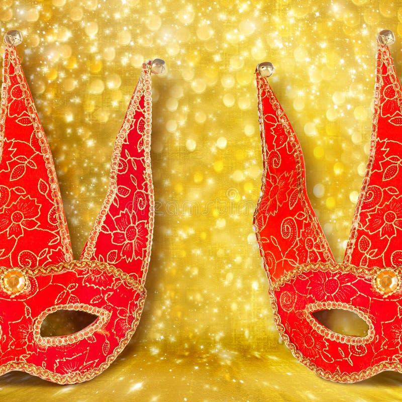 Masque rouge de carnaval sur le fond d'abrégé sur or photo libre de droits