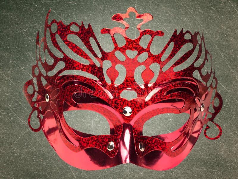 Masque rouge, sur le fond noir Chemin de coupure image stock
