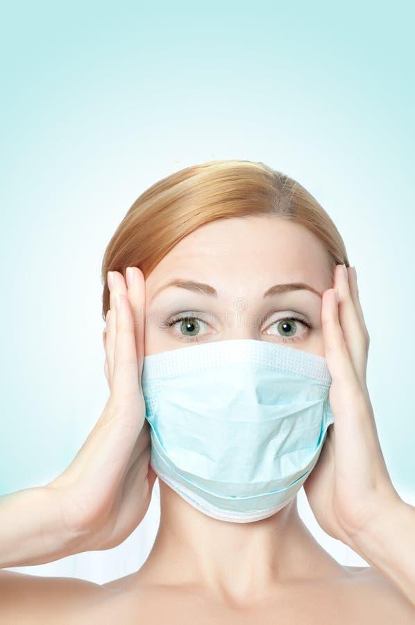 Masque s'usant de docteur féminin images stock