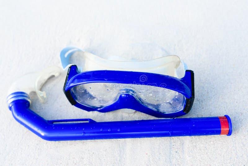 Masque sur la plage blanche de sable images stock