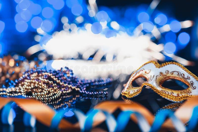 Masque vénitien de carnaval femelle traditionnel sur le fond de bokeh Mascarade, Venise, Mardi Gras, concept du Brésil photographie stock libre de droits