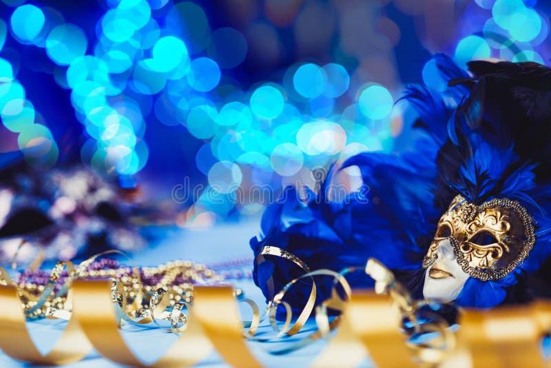 Masque vénitien de carnaval femelle traditionnel sur le fond de bokeh Mascarade, Venise, Mardi Gras, concept du Brésil photographie stock