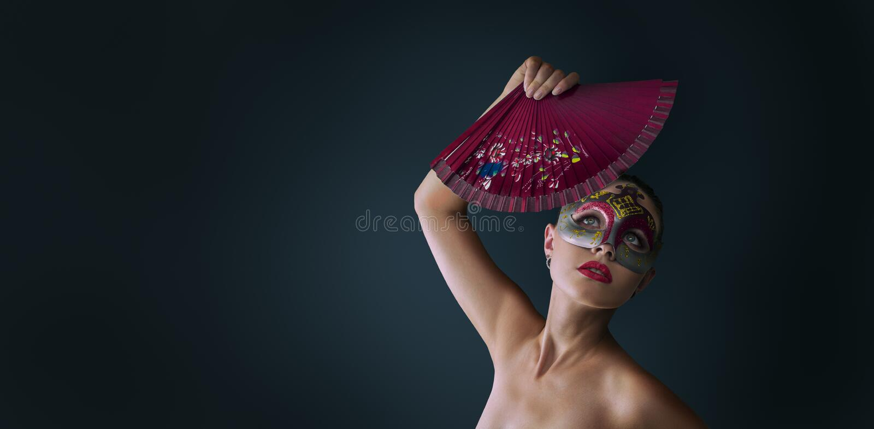 Masque vénitien de port de carnaval de mascarade de femme photo stock