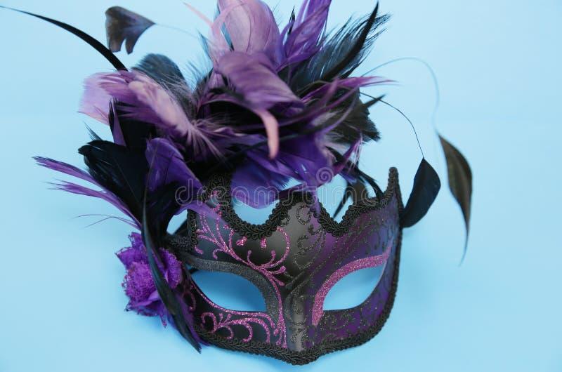 Masque vénitien du carnaval avec plumes sur fond bleu Concept de vacances et de mascarade photos libres de droits