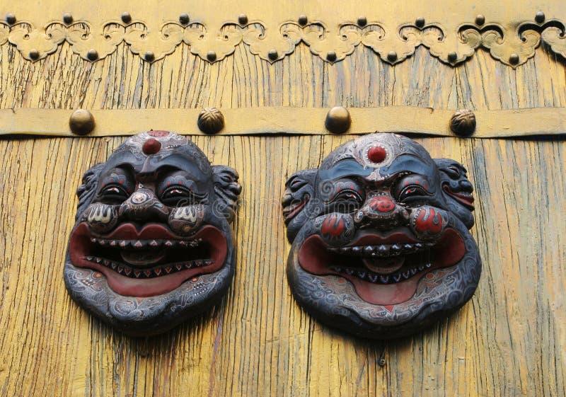 Masques asiatiques sur une trappe d'or image stock