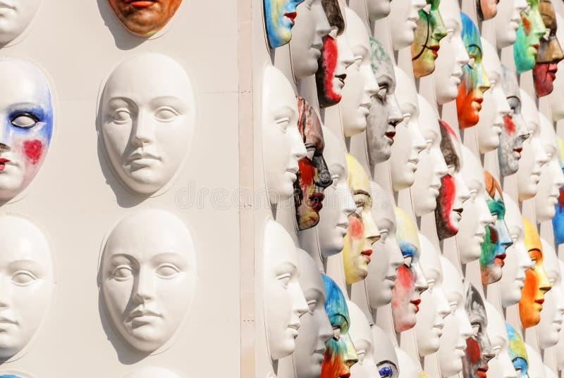 Masques de carnaval accrochant sur le mensonge de panneaux de mur photos libres de droits