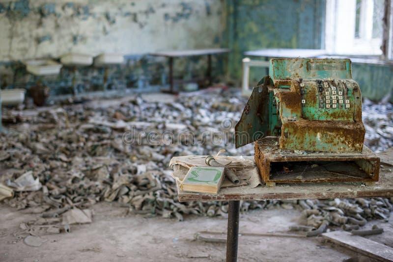 Masques de gaz dans le collège dans Pripyat, zone d'exclusion de Chernobyl r images stock
