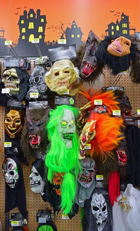 Masques effrayants de Halloween en vente dans le supermarché local photos stock