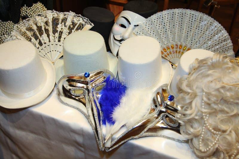 Masques vénitiens de carnaval Masques de partie sur une table photo stock