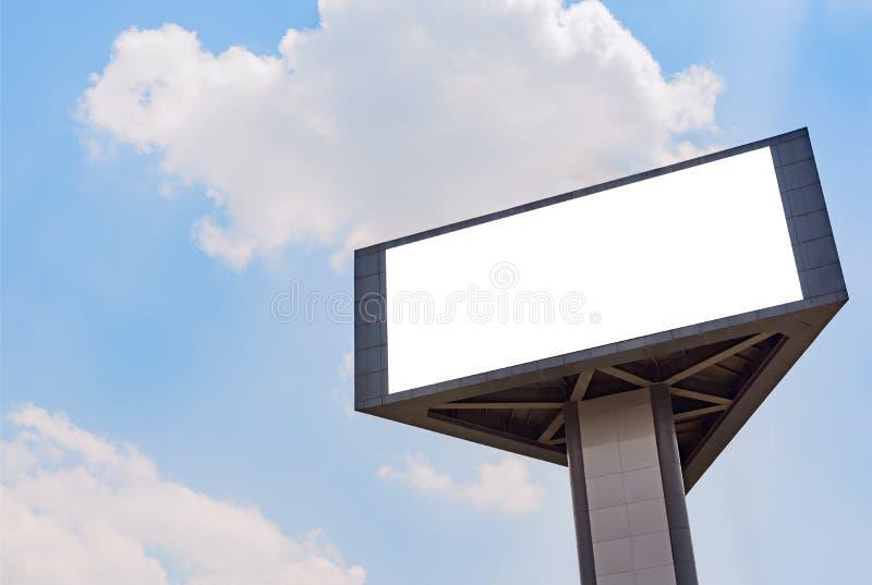 Masquez le billbord de 3 visages contre le ciel bleu photos libres de droits