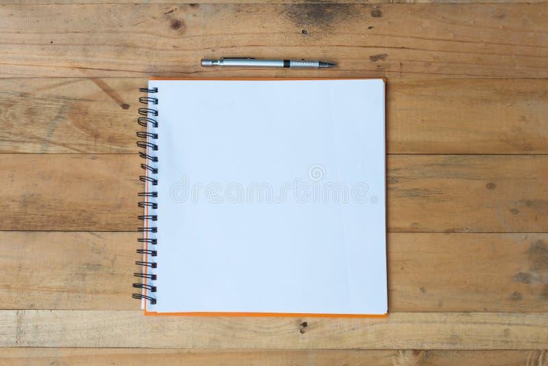 Masquez le cahier sur la table en bois photographie stock libre de droits
