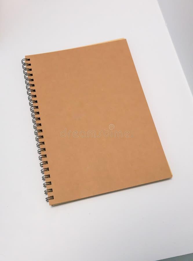 Masquez le calendrier de papier réutilisé de spirale de bureau sur le blanc photos libres de droits