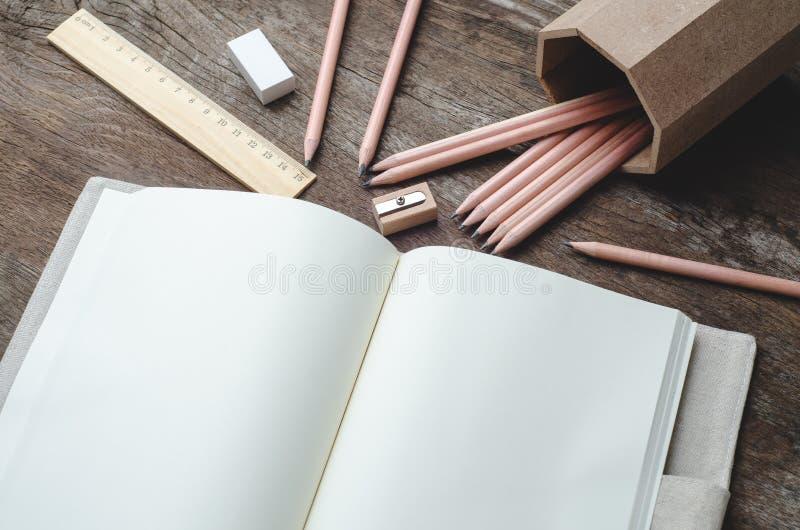 Masquez le carnet quotidien de planificateur avec des crayons, le taille-crayons, RU photos stock