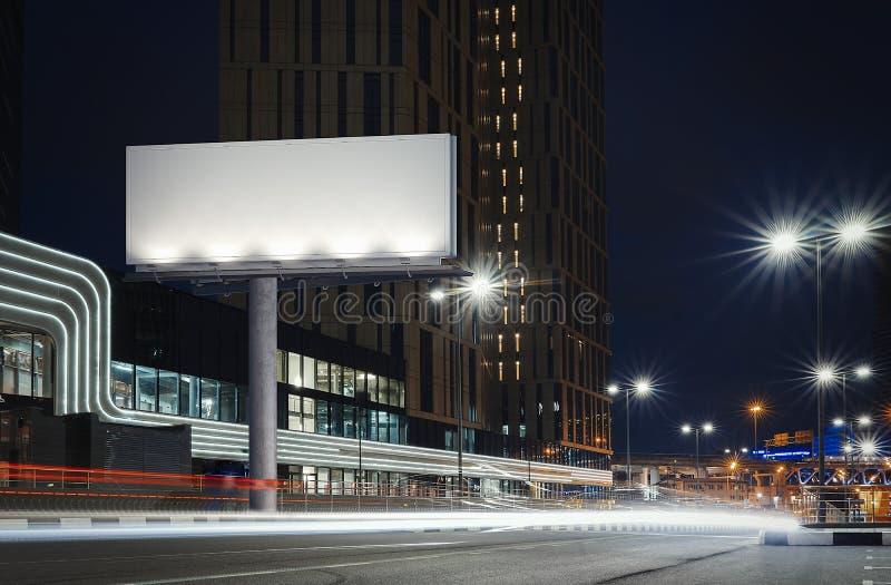 Masquez le panneau d'affichage lumineux près de la route bien allumée à la nuit rendu 3d images stock