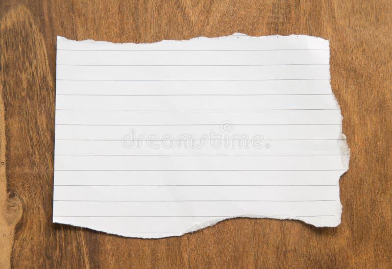 Download Masquez Le Papier Déchiré Sur Le Fond En Bois Image stock - Image du morceau, ramassage: 87709433
