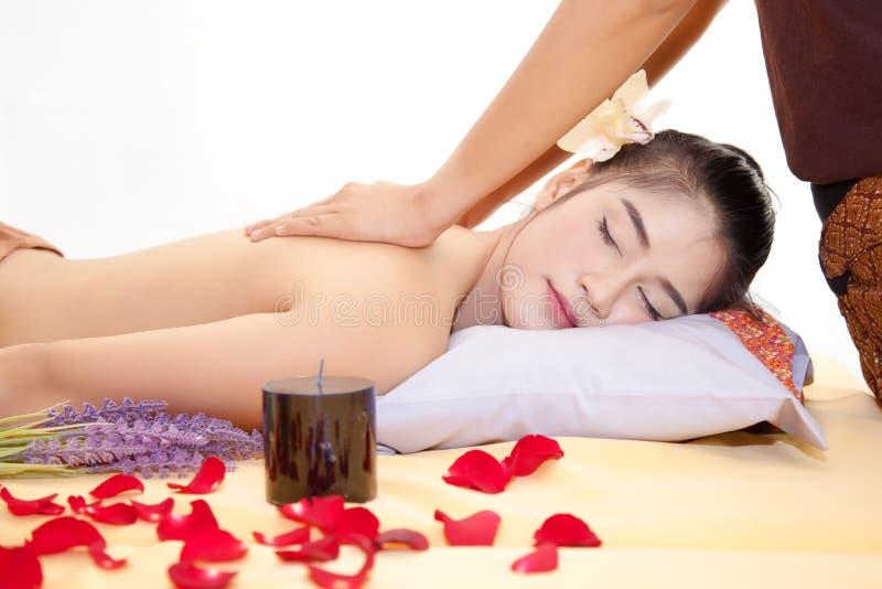 Massör som tillbaka gör massage på härlig asiatisk kvinnakropp royaltyfri bild