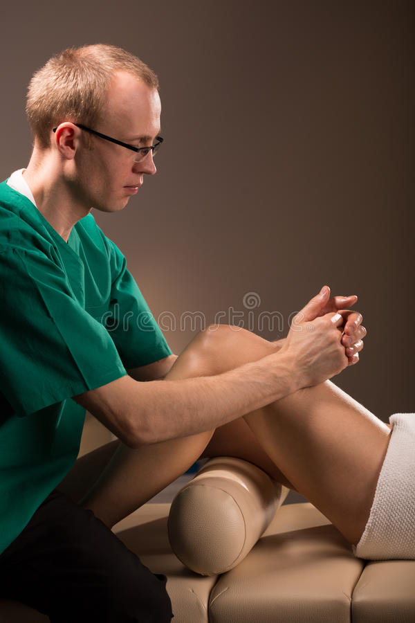Massörterapeut som arbetar med patienten royaltyfri bild