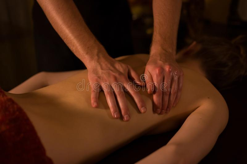 Mass?rh?nder som g?r massage i brunnsortmitt arkivfoto