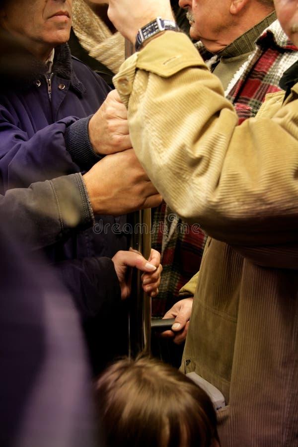 Massa aglomerada no trilho do metro fotos de stock