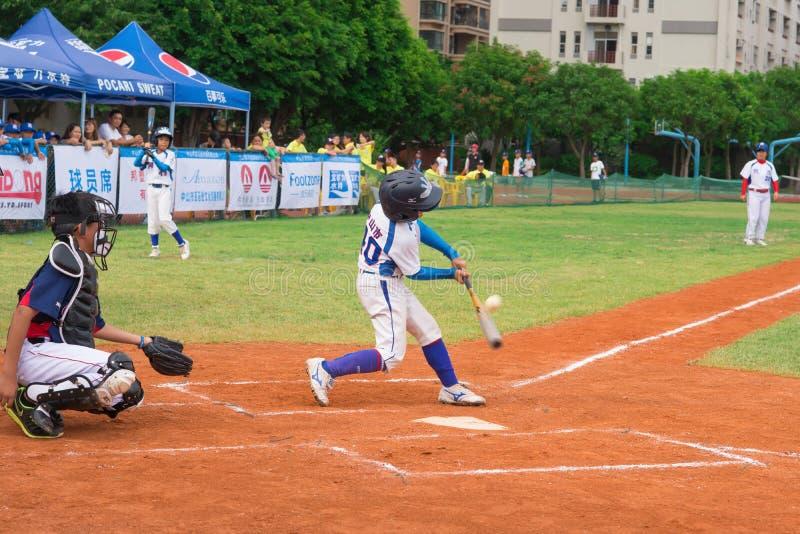 A massa bateu a bola em um jogo de basebol fotografia de stock royalty free