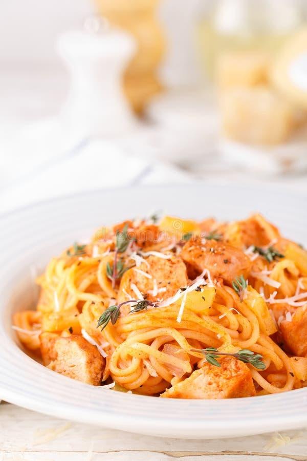 Massa bolonhesa dos espaguetes com molho de tomate, vegetais e carne da galinha no fundo rústico de madeira branco FO italianas t foto de stock royalty free