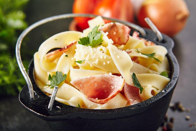 Massa caseiro clássica Carbonara com bacon, Pancetta e raspado imagem de stock royalty free