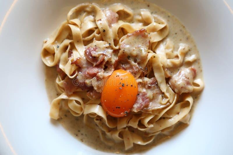 Massa caseiro com molho branco, carbonara dos espaguetes, alimento italiano foto de stock