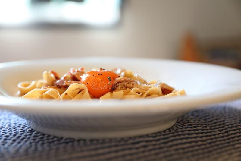 Massa caseiro com molho branco, carbonara dos espaguetes, alimento italiano fotografia de stock royalty free