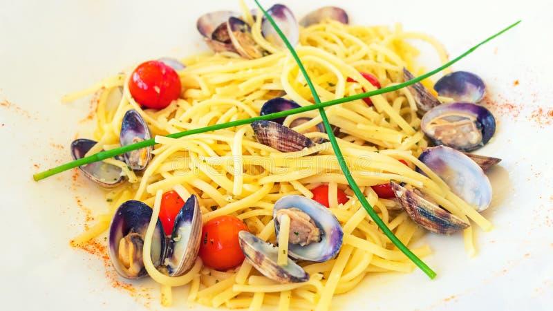"""Massa caseiro italiana tradicional do marisco do †de Vongole do alle dos espaguetes da massa """"com moluscos, pimentões e tomates fotos de stock royalty free"""