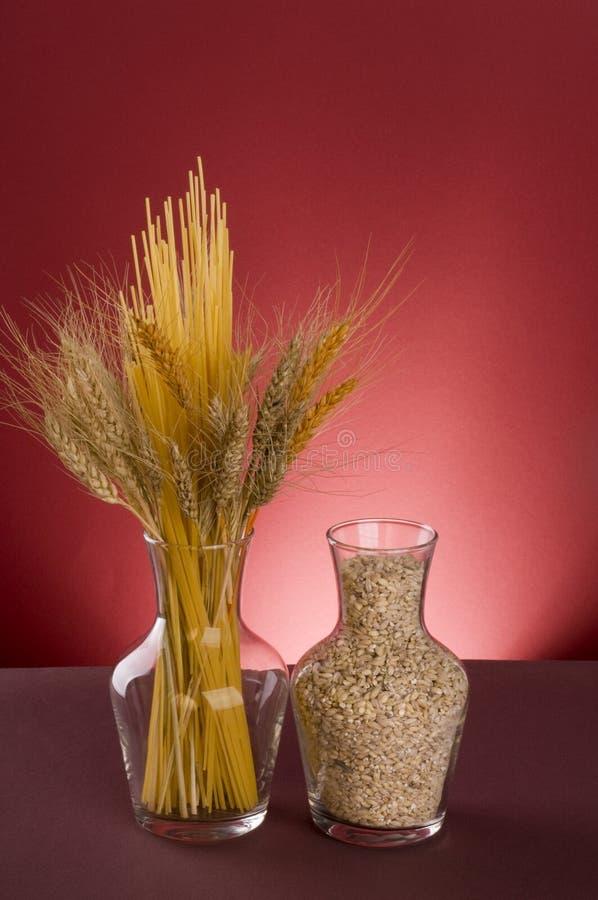 Massa, cereais e grões em uns frascos. foto de stock royalty free