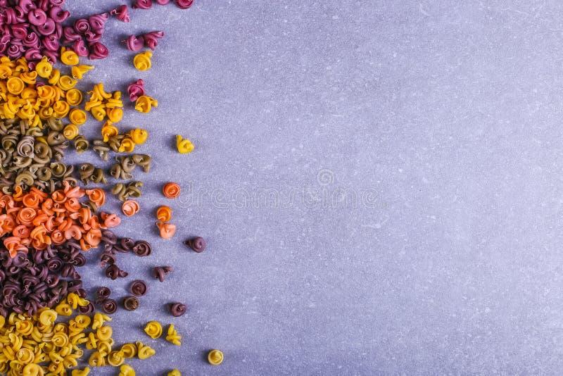 Massa colorido da forma incomum com as tinturas vegetais naturais, dispersada na tabela close up do fundo imagens de stock