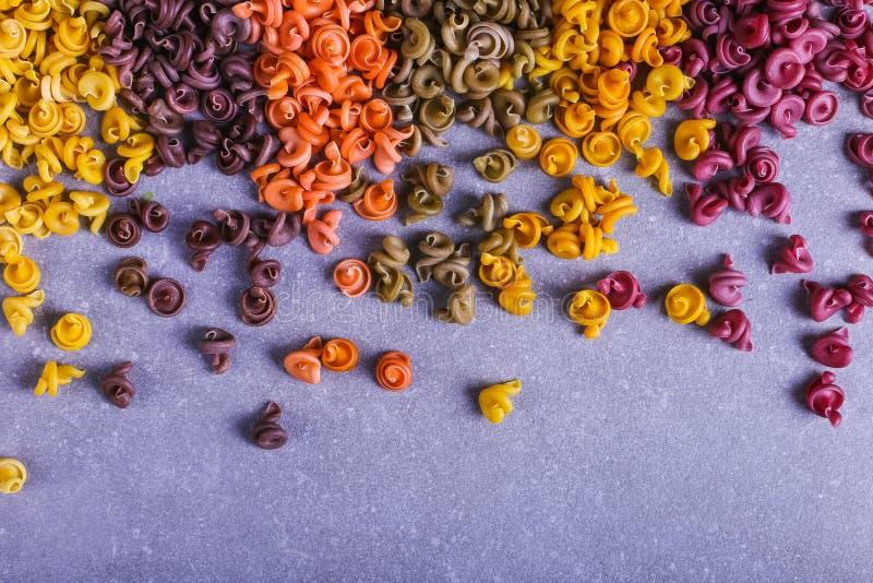 Massa colorido da forma incomum com as tinturas vegetais naturais, dispersada na tabela close up do fundo fotografia de stock royalty free