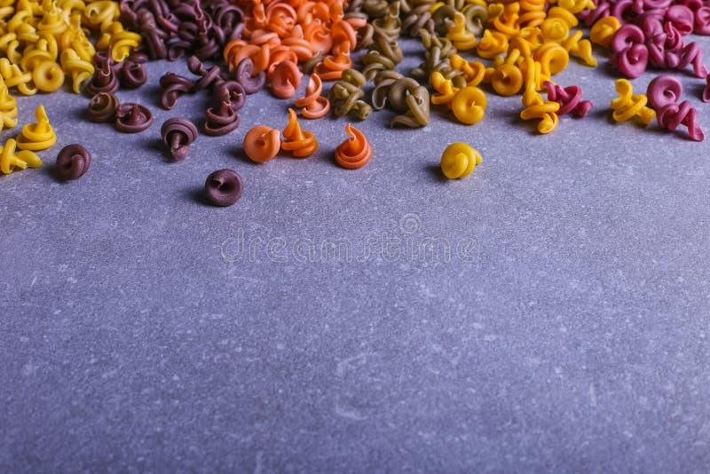 Massa colorido da forma incomum com as tinturas vegetais naturais, dispersada na tabela close up do fundo imagem de stock