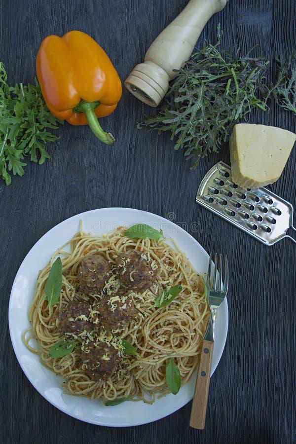 Massa com almôndegas e salsa no molho de tomate Fundo de madeira escuro Vista de acima imagens de stock royalty free