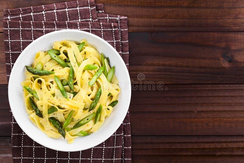 Massa com aspargo, alho e o limão verdes imagens de stock