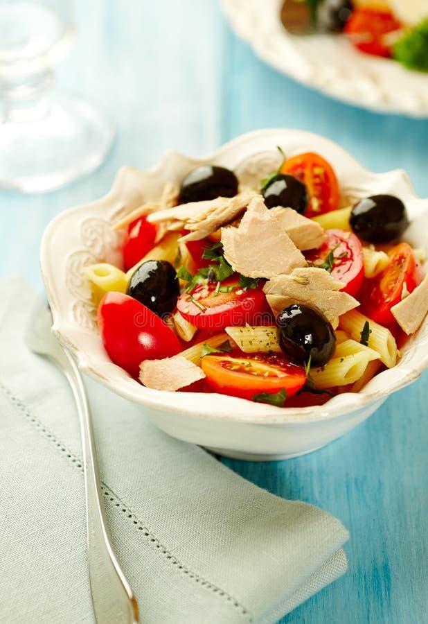 Massa com atum, tomates de cereja, azeitonas pretas, especiarias e manjericão fresca imagem de stock