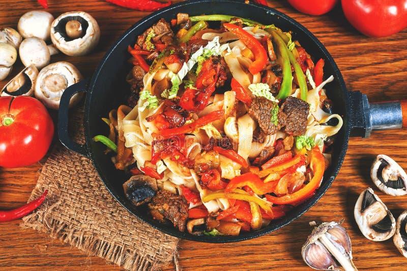 Massa com carne e os vegetais roasted fotografia de stock