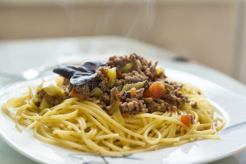 Massa com carne, espaguete com carne em uma placa, prato italiano sobre fotos de stock royalty free