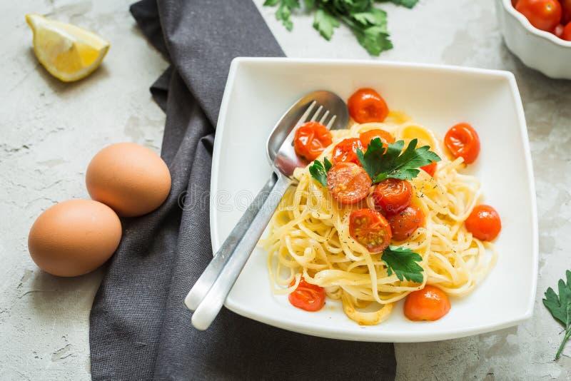 Massa com a cereja na mesa de cozinha, vista superior dos tomates fotos de stock