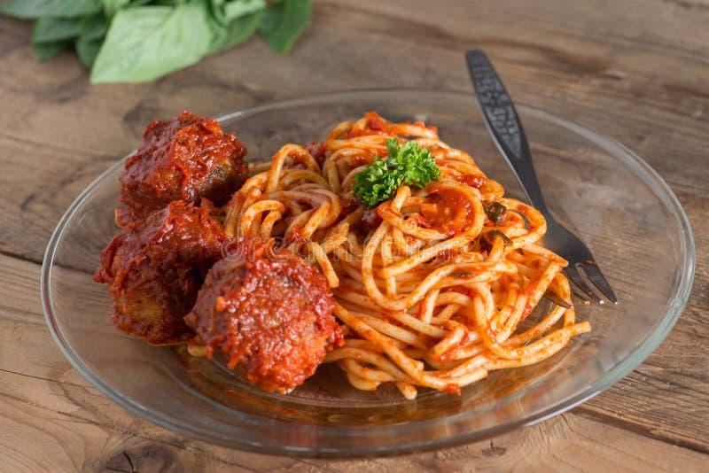 Massa com meatballs e molho de tomate Foco seletivo fotografia de stock