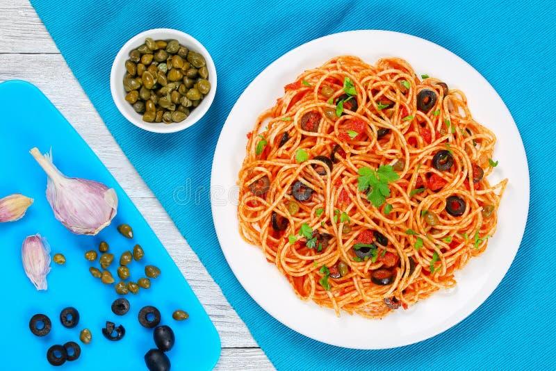 Massa com molho, alcaparras e azeitonas de tomate foto de stock