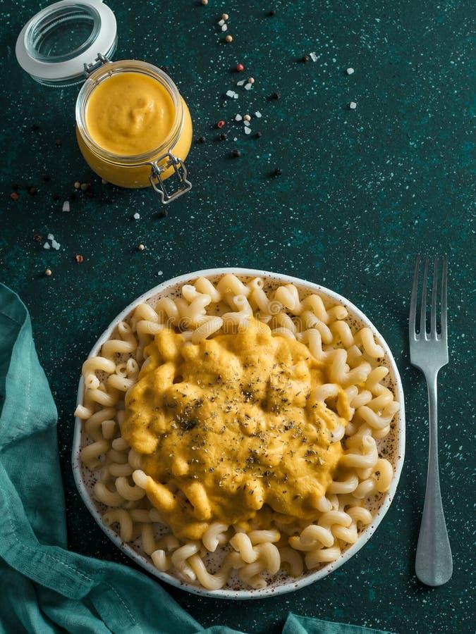 Massa com molho cremoso do queijo Cheddar do chia do vegetariano fotos de stock royalty free