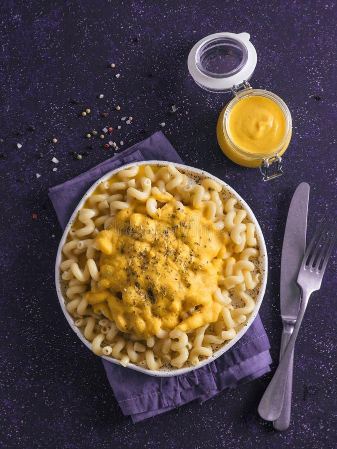 Massa com molho cremoso do queijo Cheddar do chia do vegetariano foto de stock