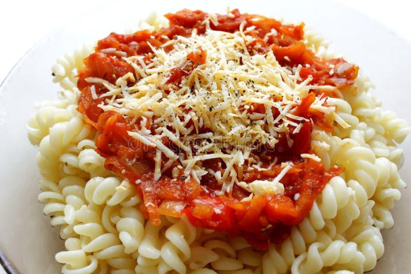 Massa com molho de tomate e queijo raspado fotografia de stock royalty free
