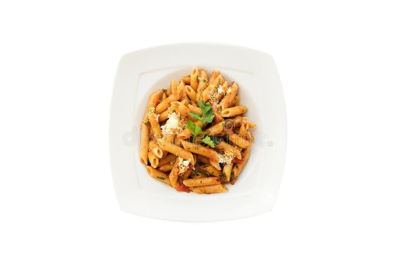 Massa com molho de tomate, pimenta de pimentão, tomate secado, salsa, Parmesão na placa branca Espaguete isolado no fundo branco fotos de stock