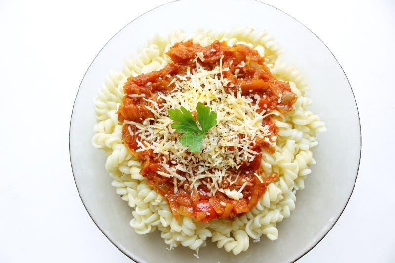 Massa com molho de tomate, queijo raspado e salsa imagens de stock