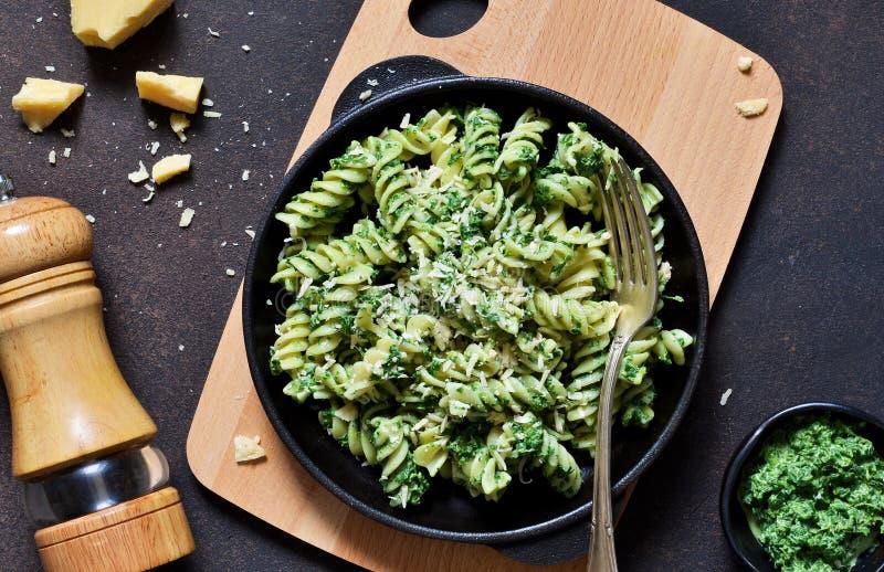 A massa com molho do pesto ? um prato italiano tradicional Rotini Fundo do alimento Vista de acima imagens de stock