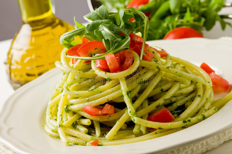 Massa com os tomates do pesto e de cereja do arugula imagens de stock royalty free