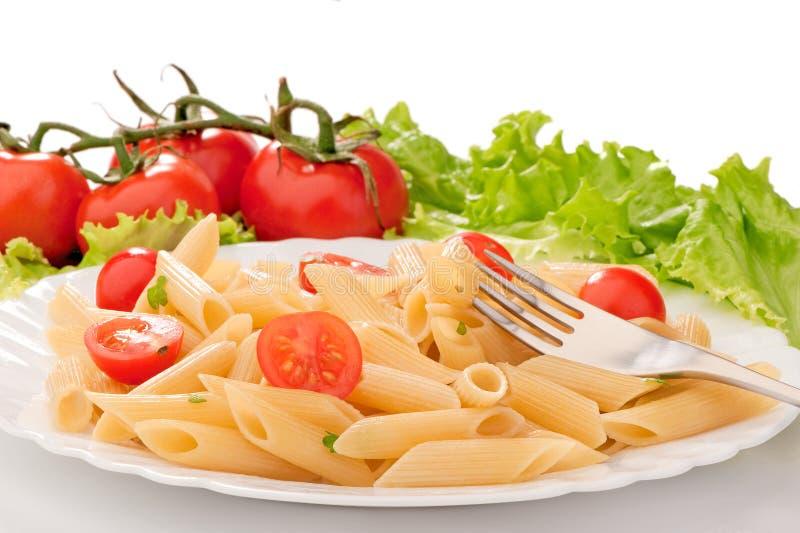 Massa com tomates de cereja em uma placa branca imagem de stock